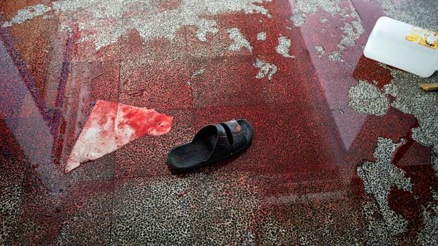 Blut auf einem Fussboden, viel Blut