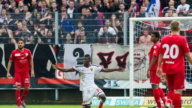 Breel Embolo kniet auf dem Spielfeld im Strafraum des FC Winterthur und verwirft die Hände.