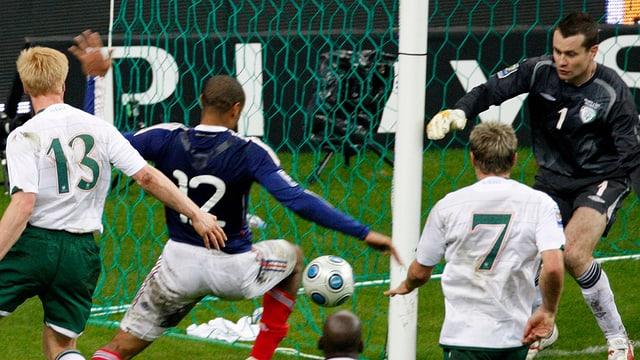 Thierry Henry berührt den Ball vor der Torlinie mit der Hand.