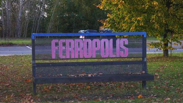 Ein Schild, auf dem «Ferropolis» steht.