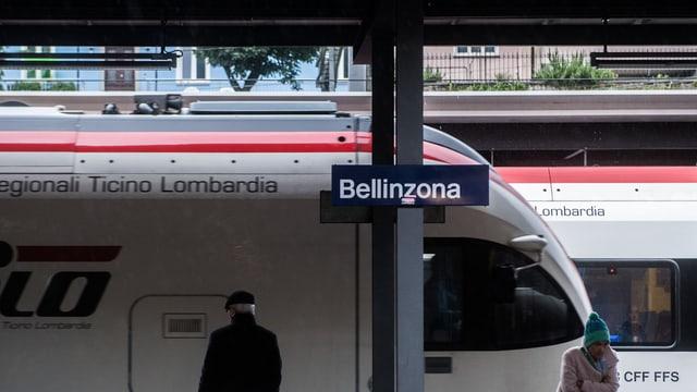 La tabla da Bellinzona a la staziun sin in perrun.