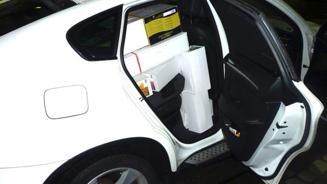 Auto mit Schachteln auf Rückbank.