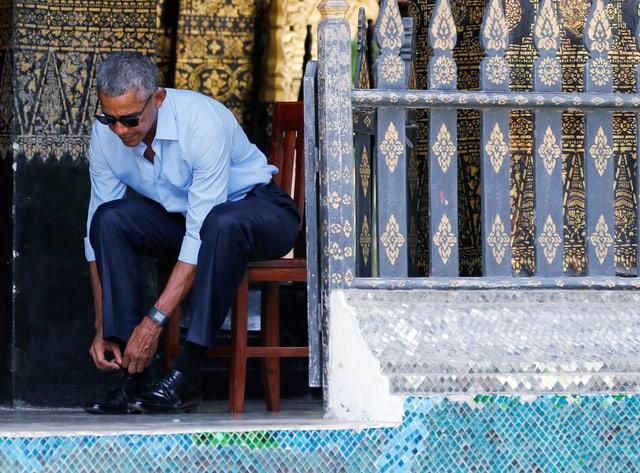Obama schnürt Schuhe