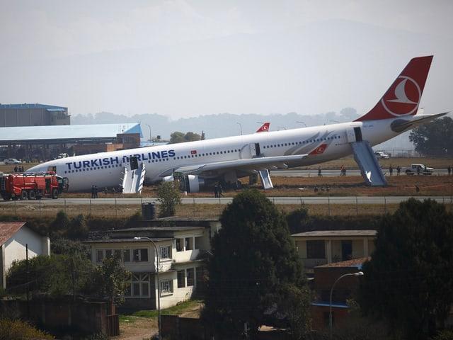 Der Airbus der Turkish Airlines mit der Nase am Boden.