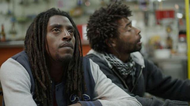 Zwei Männer mit Rastas.