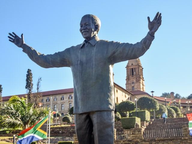 Bronzestatue von Mandela vor den Union Buildings, dem Sitz der südafrikanischen Regierung in Pretoria.