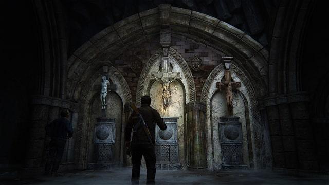 Nate vor drei Statuen der Kreuzigung.