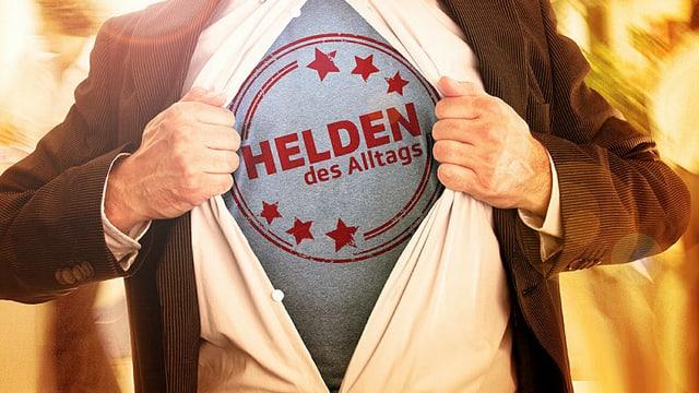 Eine Person gibt den Blick auf ihr T-Shirt frei, das das Logo von «Helden des Alltags» zeigt.