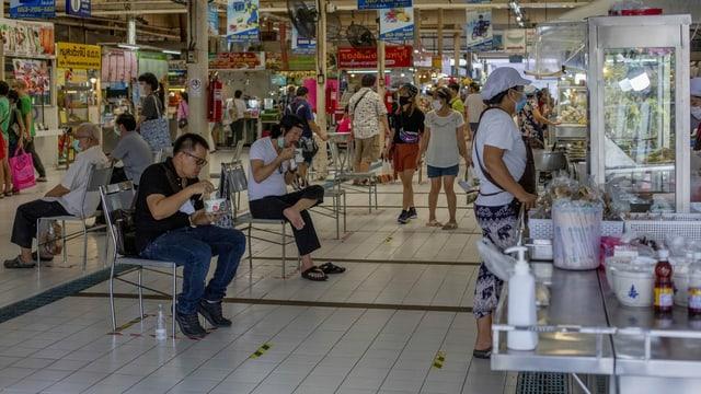 Menschen in einem Markt