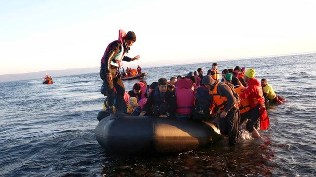 Flüchtlinge bei ihrer Ankunft in einem Schlauchboot auf Lesbos.