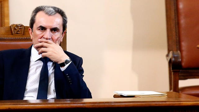 Der bulgarische Ministerpräsident Plamen Orescharski sitzt am Tisch.