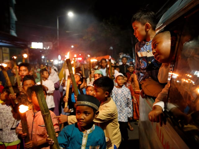 Kinder an einer Fackel-Prozession