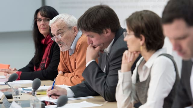 Niklaus Scherr flankiert von Mitstreitern an einem Medienauftritt des Komitees