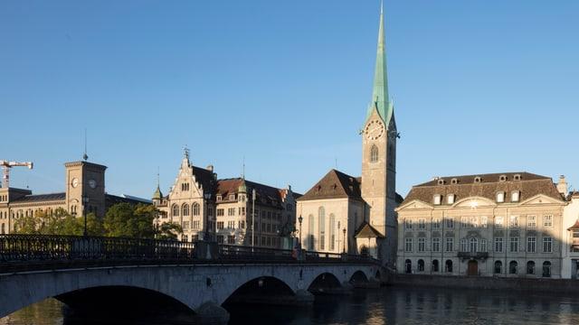Kirche an Flussufer