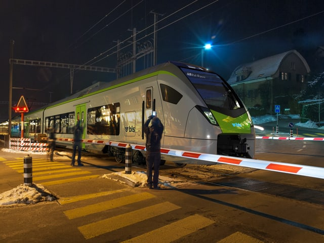Bahnübergang mit neuen Zügen.