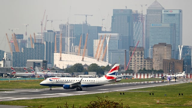 Ein Flugzeug auf der Landebahn des City-Airports in London.