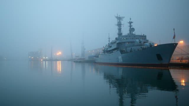 Russisches Kriegsschiff ankert in der Dämmerung