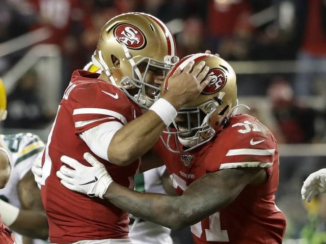 Zwei Spieler von San Francisco jubeln.