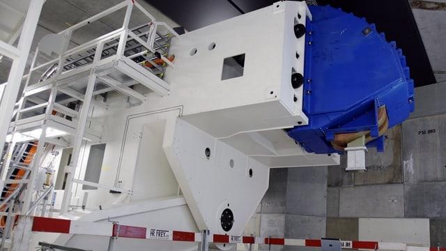 Ein grosser Metallkasten mit Treppe in einer Lagerhalle, das Gerät soll künftig bewegliche Tumore bekämpfen.