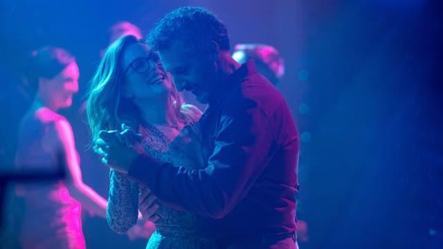 Filmstill aus «Gloria Bell» mit Julianne Moore: Ein Paar beim Tanzen.