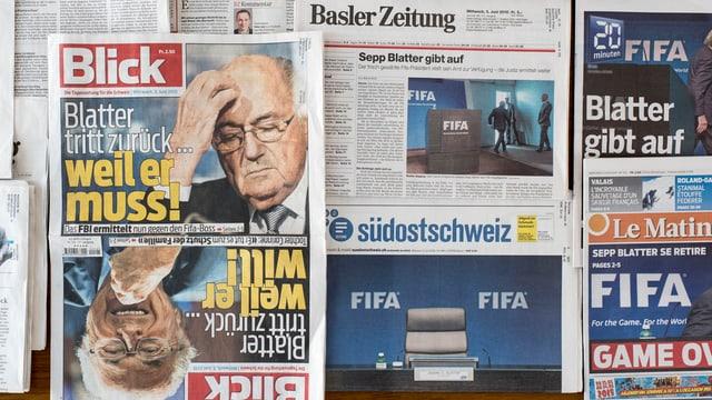 Zeitungs-Titelseiten berichten über den Rücktrit Sepp Blatters als Fifa-Präsident.