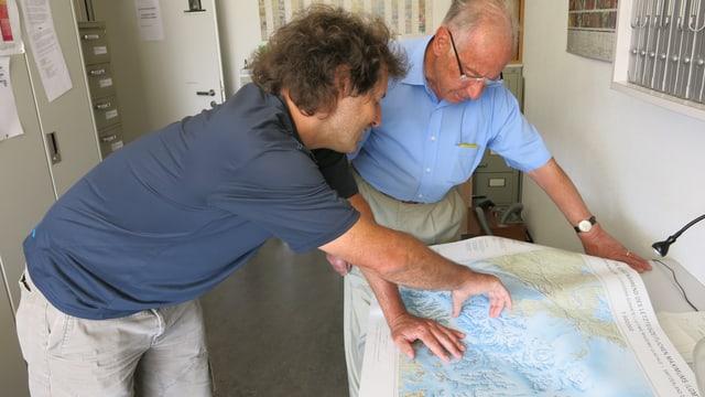 Zwei Männer beugen sich über eine Glazialkarte.