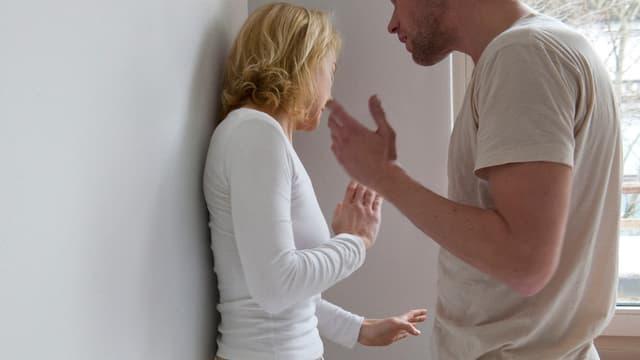 Mann erhebt Hand gegen Frau