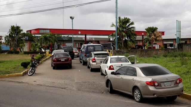 Autos stehen vor einer Tankstelle