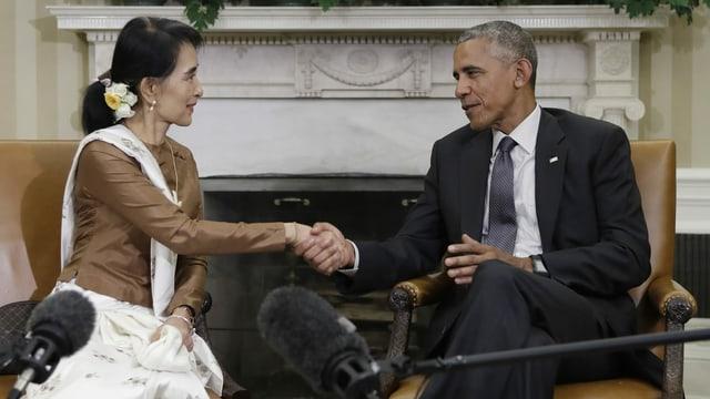 Mann und Frau schütteln Hände.