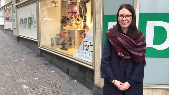 Frau mit Schal und Brille vor Dosenbach