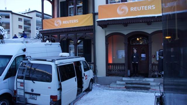 Il bus dad RTR davant la biblioteca a Tavau.