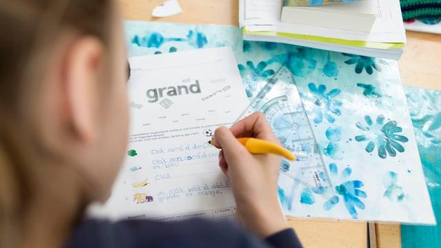 Ina matta che scriva franzos en scola.