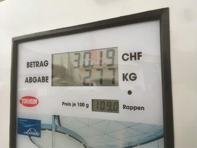 Wasserstoff wird nicht in Liter abgerechnet wie beim Benzin, sondern in Kilogramm. Für 500 Kilometer Reichweite werden rund 5 Kilogramm Wasserstoff benötigt.