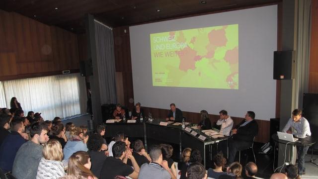 Politiker debattieren mit Lehrlingen in der Aula der Schule für Gestaltung