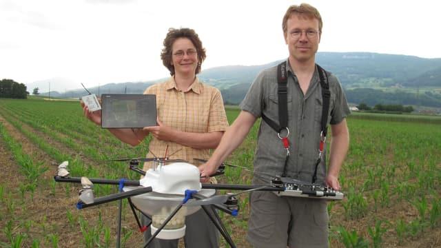Agronomin Nicole Berger und Werkzeugbauer Walter Berger mit dem selbst entwickelten «Multicopter».