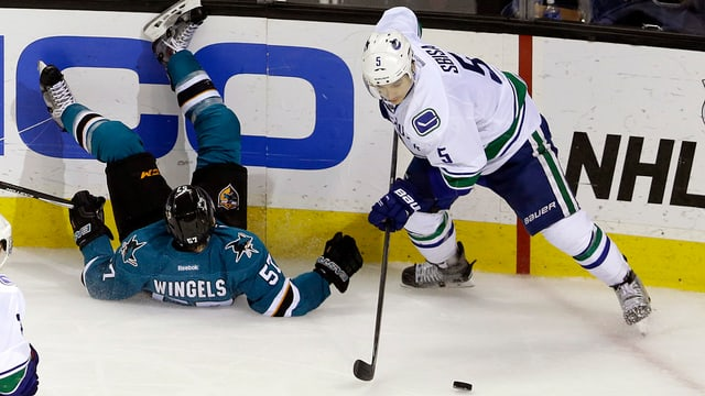 Luca Sbisa dals Vancouver Canucks vid il puck.