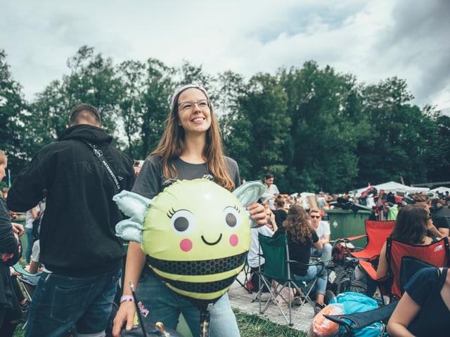 Strahlen um die Wette: Gabi und ihre Biene Maja.