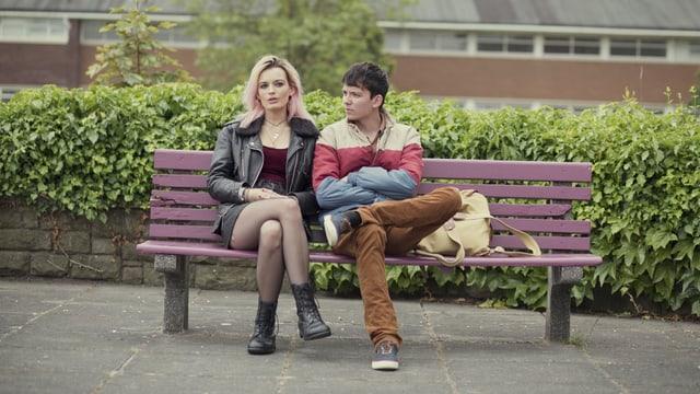 Emma Mackey und Asa Butterfield  auf einer Bank