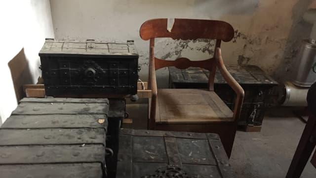 Alte Truhen und Stühle verstauben im Lager des Kirchhoferhauses.