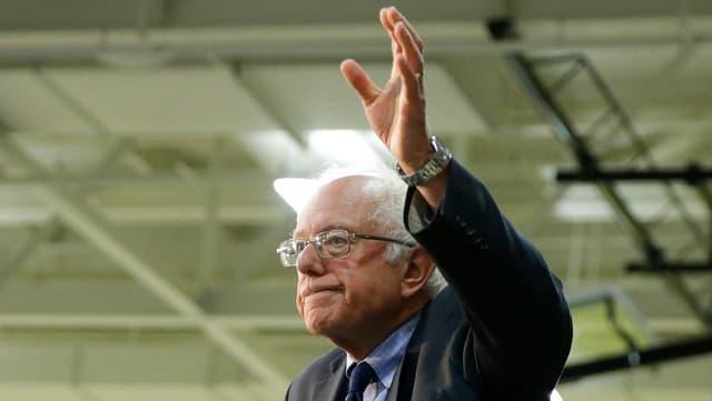 Bernie Sanders winkt good-bye