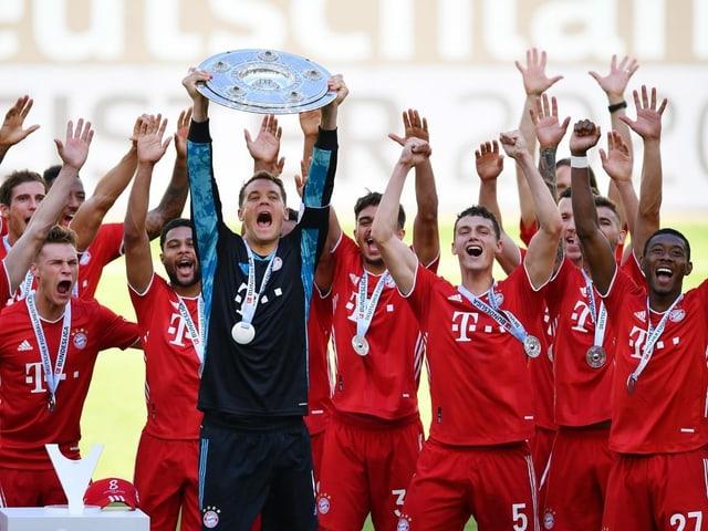 Die Bayern und die Meisterschale – zum 8. Mal in Folge durften die Münchner zum Abschluss der Saison die silberne Trophäe in Empfang nehmen.