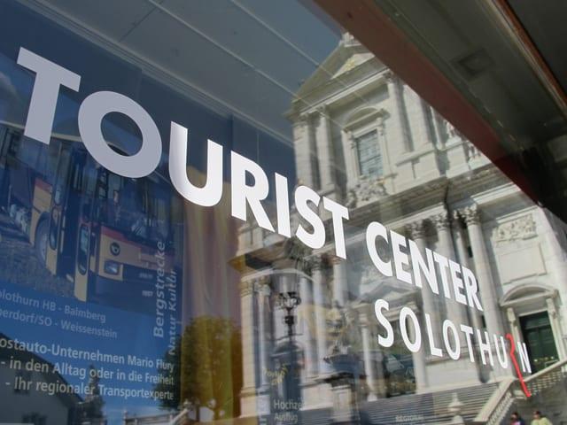 Bild vom Büro von «Tourismus Region Solothurn», im Schaufenster spiegelt sich die St. Ursenkathedrale