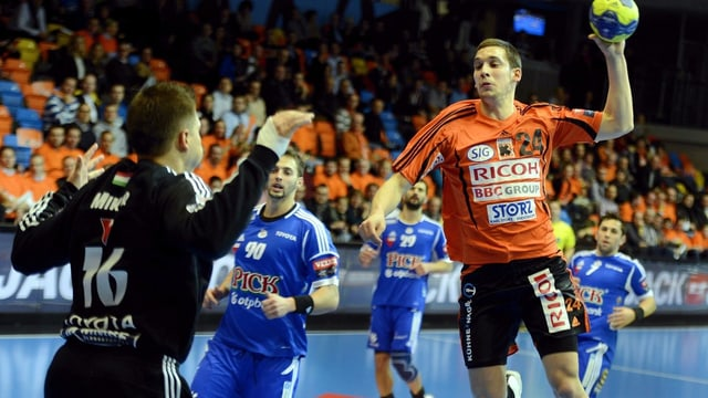 Schaffhausens Nik Tominec (r.) bezwingt Pick Szegeds Keeper Roland Mikler.