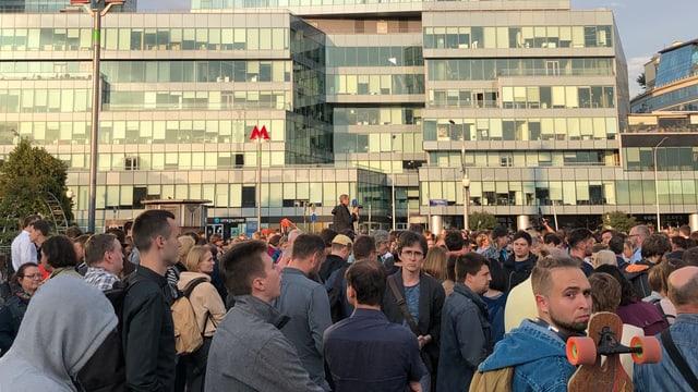 Eine Menschenmenge, überwiegend Männer, demonstrieren in Moskau.