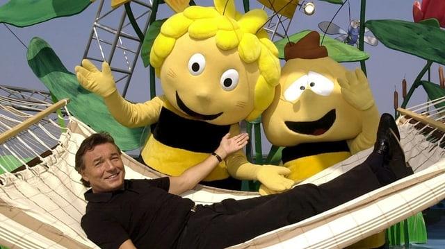 Karel Gott in einer Hängematte liegend mit Biene Maja und Willi als Plüschfiguren.