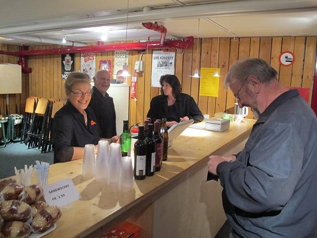 An der Bar beim Eingang werden Gäste begrüsst, Tickets verkauft, Getränke ausgegeben.