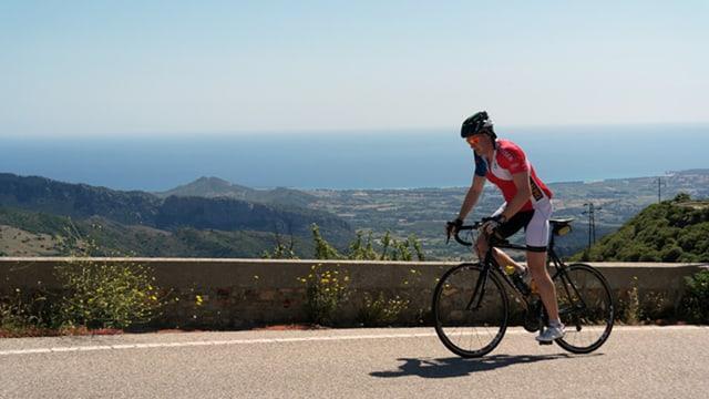 Dario Cologna auf dem Fahrrad in Sardinien.