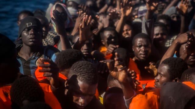 Migranten und Flüchtlinge auf einem Boot.