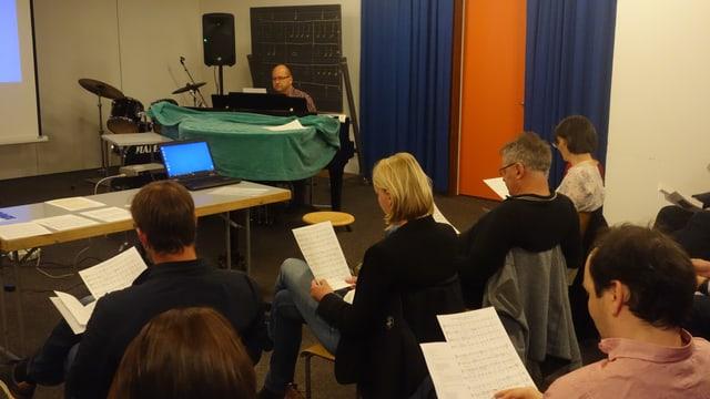 Las participantas ed ils participants chantan in toc or da la Passiun da Gion da J.S. Bach.