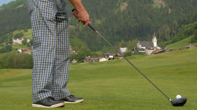persuna che dat golf sin il plaz da golf a Sagogn